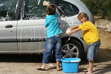 mycie aut jako praca dla dzieci
