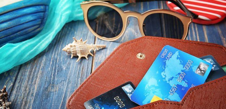 Płatność kartą za granicą. Czy wiesz, jak płacić kartą podczas urlopu, żeby nie przepłacać?