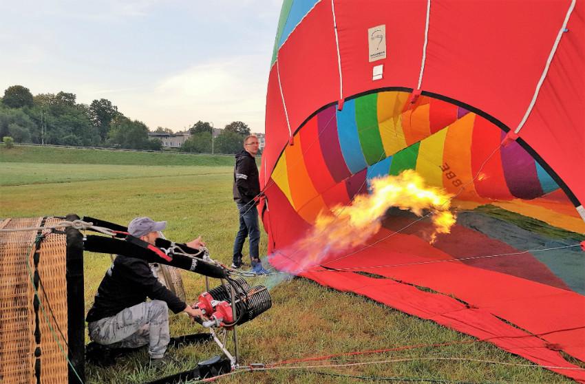 Napełnianie balonu powietrzem