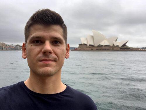 Michał Pałka natle Opery wSydney, Australia