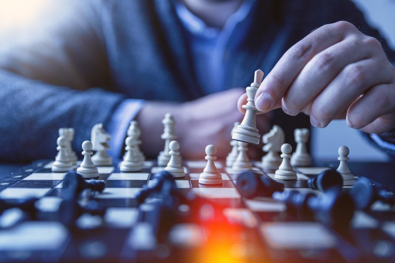 7 życiowych decyzji o wielkich finansowych konsekwencjach - szachownica