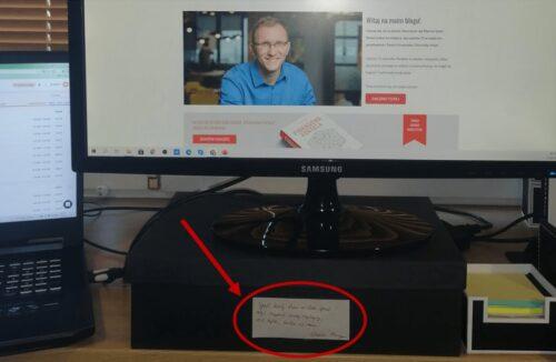 Zdjęcie zcytatem przy komputerze Marcina Iwucia.